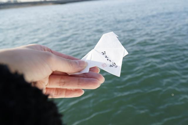 画像: 水に溶けるメッセージカード「おくり鳩」。故人への言葉をしたため、一緒に海へ。
