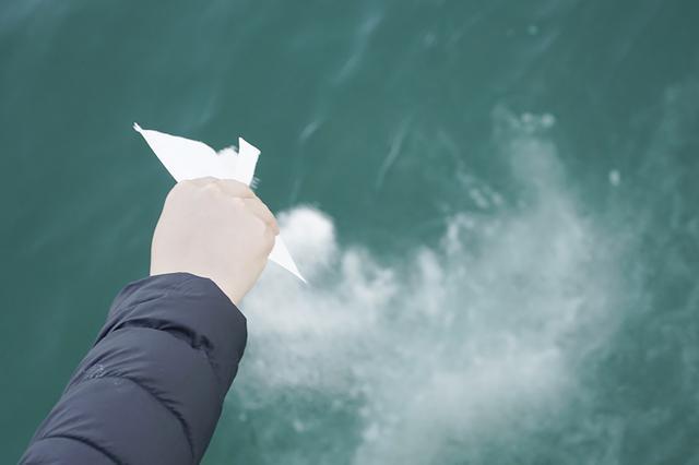 画像: 遺骨は、2~3mmに細かく粉砕しないと散骨してはいけない。 封筒に入れるのは、風で飛ばされないようにするため