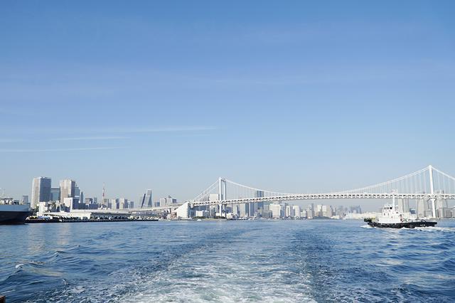 画像: レインボーブリッジをくぐり抜け、ずんずん東京湾の中心へ。散骨ポイントは水平線しか見えない