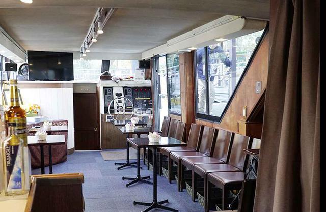 画像: 船内の様子。椅子とテーブルは壁サイドに置かれており、ゆったりと過ごせる広さ。