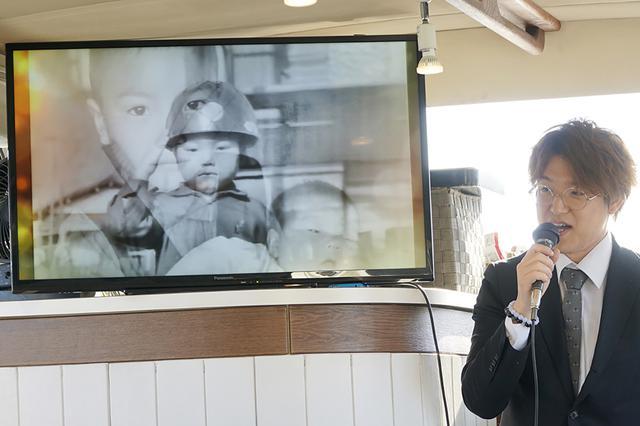 画像: 船内モニターでは船長の思い出のムービーを上映。