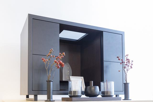 画像: 奥行き22cmとスリムなため、扉内の2枚の付属板を仏壇前に出せば、置台にもなる(写真は付属板1枚を使用した場合)。