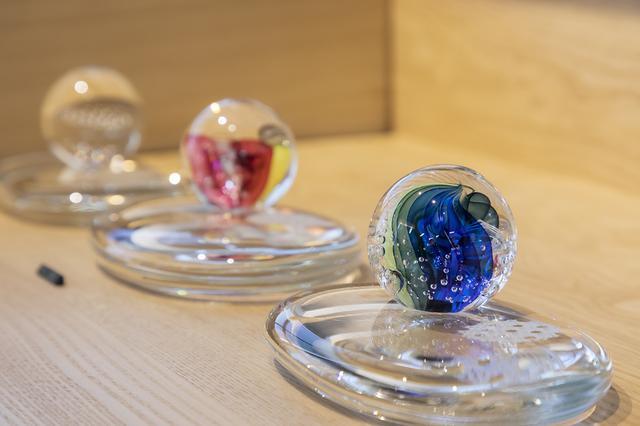 画像: ひかり/美しい模様を映す球体と台座がセットになったガラス製の位牌。光で故人を感じるられるように