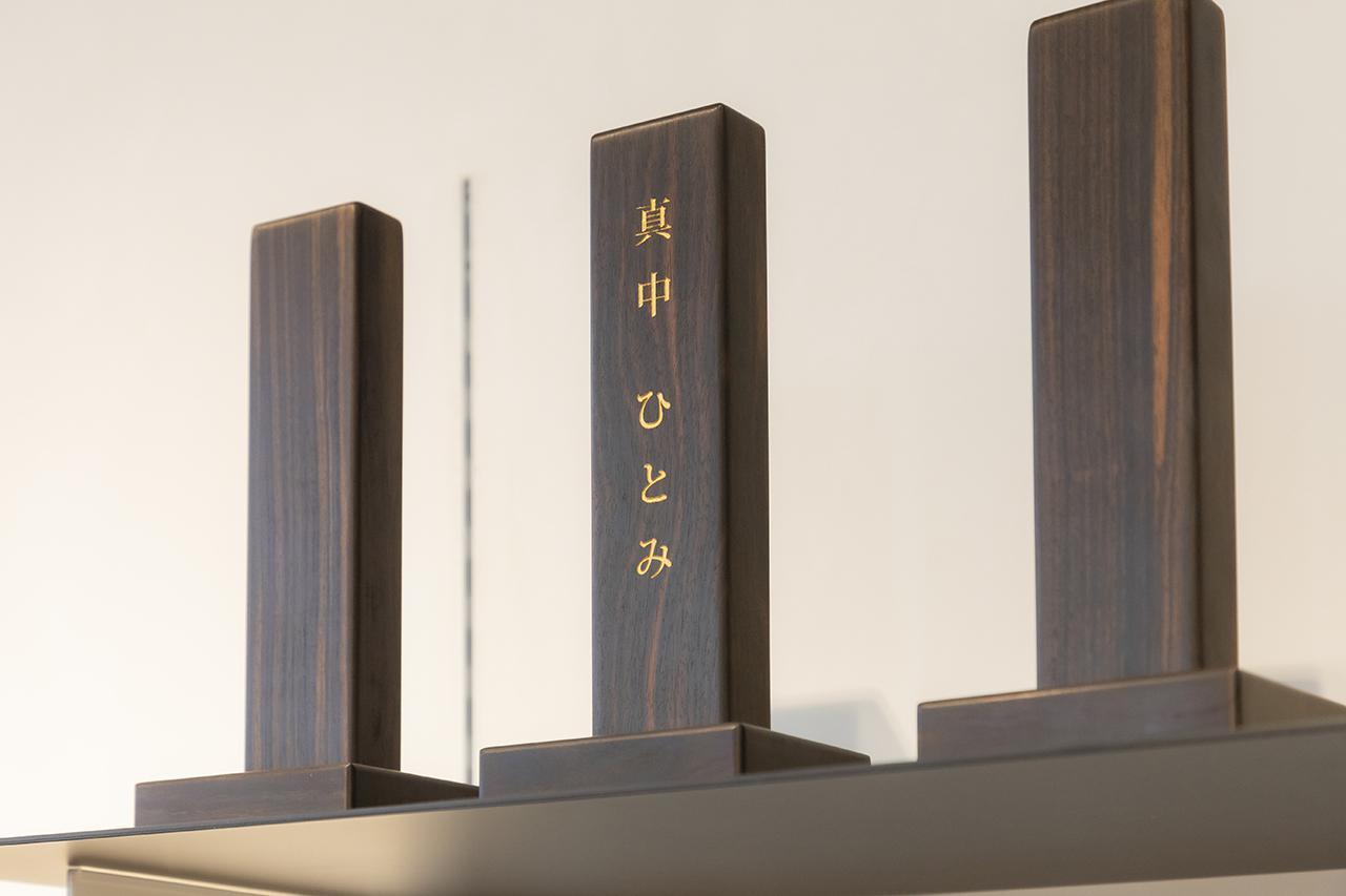 画像: 虚空壇(こくうたん)/希少性の高い縞黒檀を手作業で削り作られ、大切な方の存在感を感じられるデザイン。