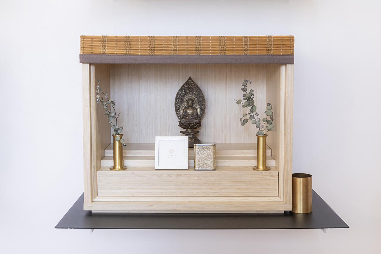 画像: 偲壇(竹)/日本古来より生命力の象徴である竹を使用。柔らかな木目が美しい。