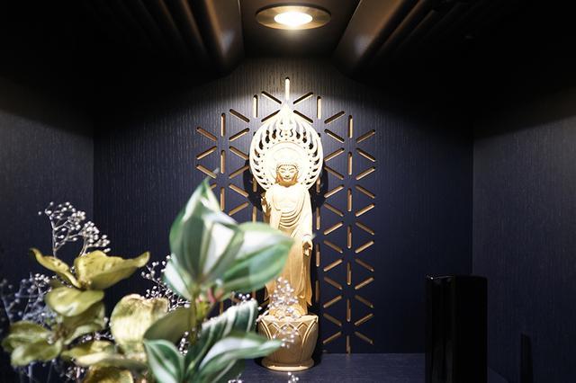 画像: 雪の結晶をモチーフに、金色の透かし彫りを入れた背板。仏壇内蔵のライトをつければ、さらに映える