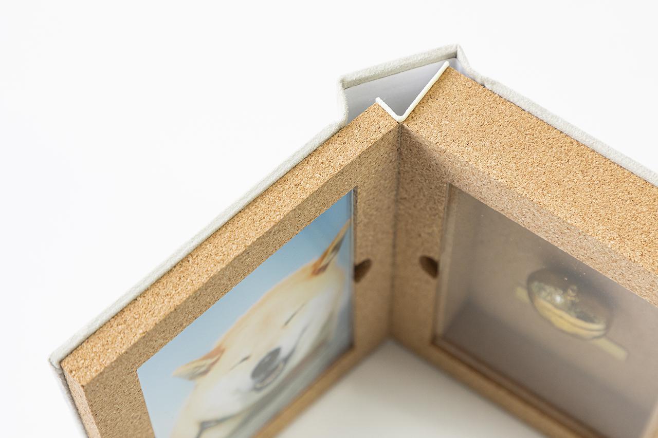 画像: 写真側とミニ骨壷側ではコルクの厚みが異なる構造は、とても難易度が高い。ここに神原独自の技術が結集されている。