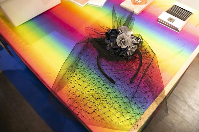 画像: カチューシャにベールや花飾りなどがついたヘッドドレス。