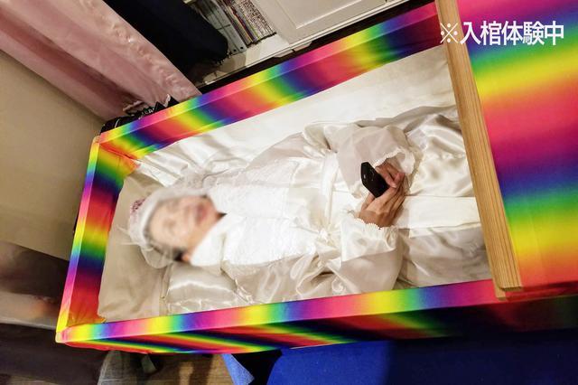 画像: 入棺体験中の様子。目を開けて何か話そうとしている自分の姿が怖い