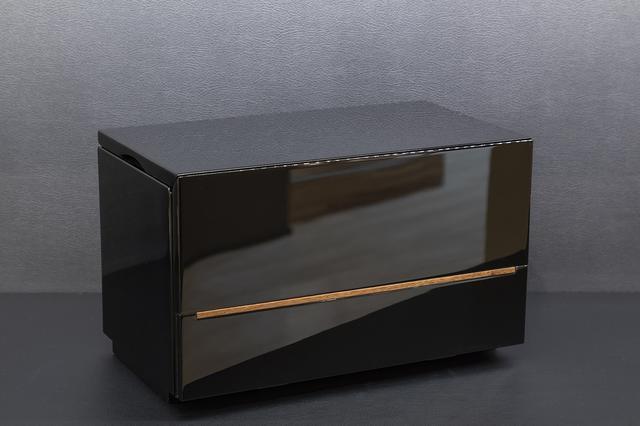画像: 黒戸/閉じた状態だと一見仏壇には見えない。漆を塗って組み立てても綺麗におさまるよう精密に作られている