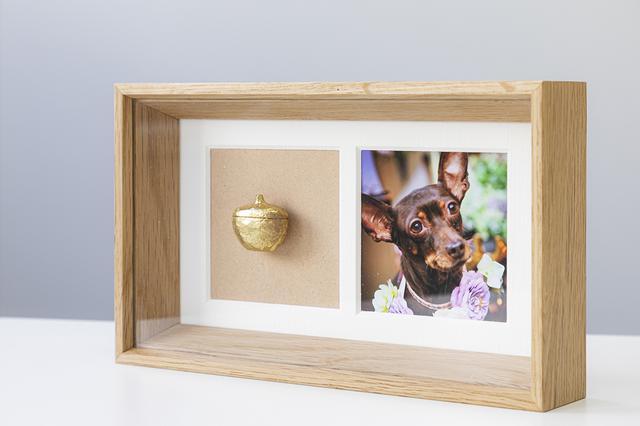 画像: 写真はL版サイズ(縦127×横89mm)対応。 左には真鍮製のミニ骨壷。磁石で付けられ、まるで浮いているかのよう