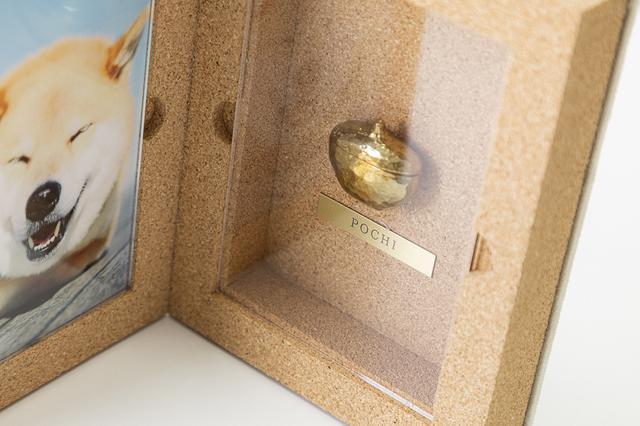 画像: ミニ骨壷の下には名前が入れられる真鍮プレートつき