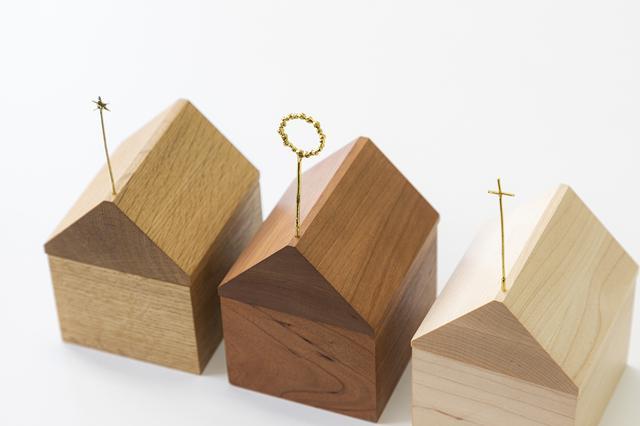 画像: 無垢材を使った優しい風合い。屋根のシンボルは「お星さま」「光の輪」「十字架」の3種から選べる