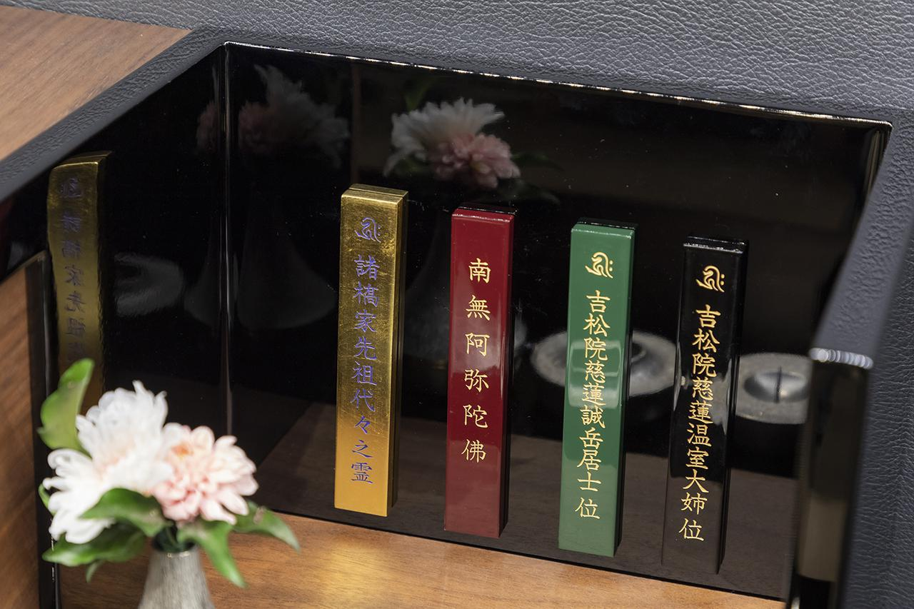 画像: 黒戸-コンパクトながらも彦根仏壇の高級感をそのままに。漆塗りモダン仏壇