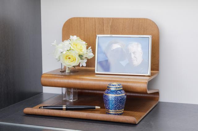 画像: 供養台のSoul Stage。ボールペンの隣がミニ骨壷。コンパクトなので、リビングや寝室にも飾れる
