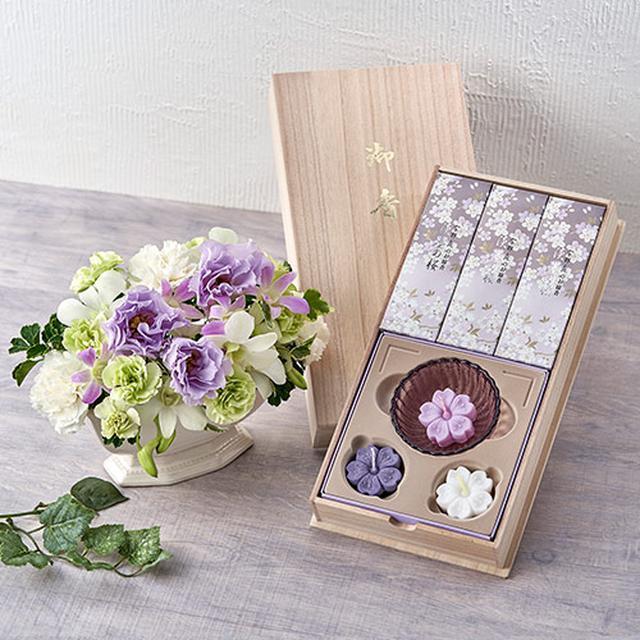画像: 日本香堂「宇野千代のお線香 淡墨(うすずみ)の桜 桐箱浮きローソクセット」とアレンジメント