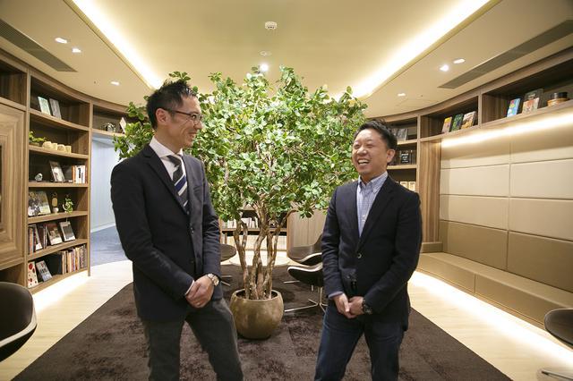 画像: 鎌倉新書の太田智志さん(右)と井野貴亮さん(左)。お客様に喜んでいただいた思い出話に思わず笑顔