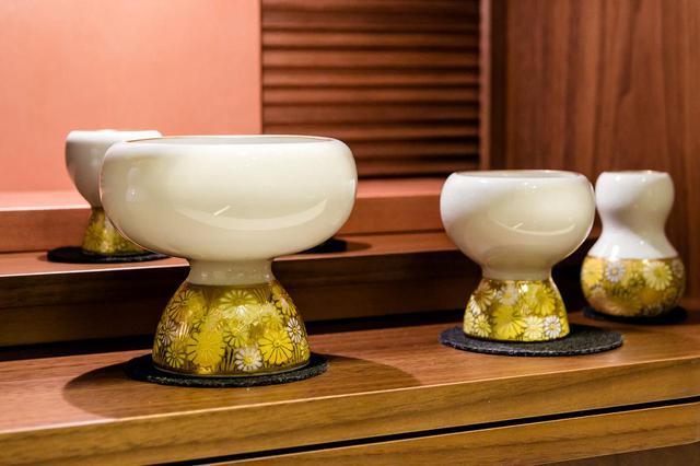 画像: ホビット/九谷焼の仏具。黄色い模様の部分は色のトーンをあわせてスッキリ ( 撮影/中山カナエ )