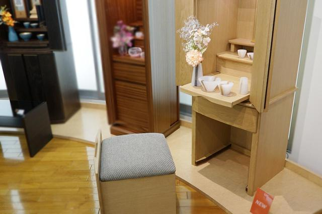 画像: テネラ1300/椅子付きの仏壇。椅子は引き出しやすいよう、キャスター付き