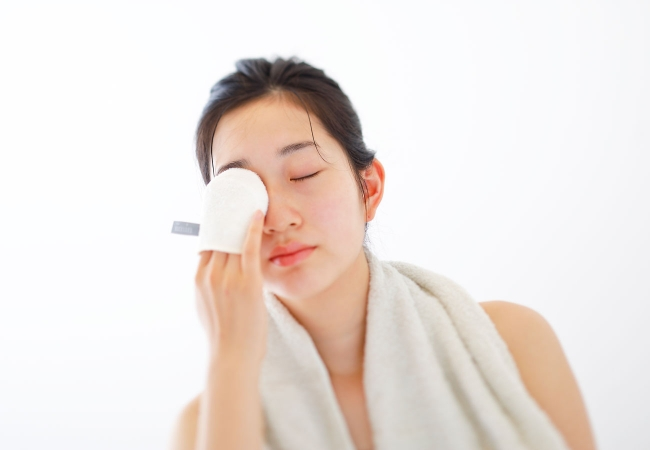 画像: 国産シルク100%がしっとりすべすべのヒミツ。いつも以上に肌を優しく洗い上げる、「iimin 洗顔ミトン」