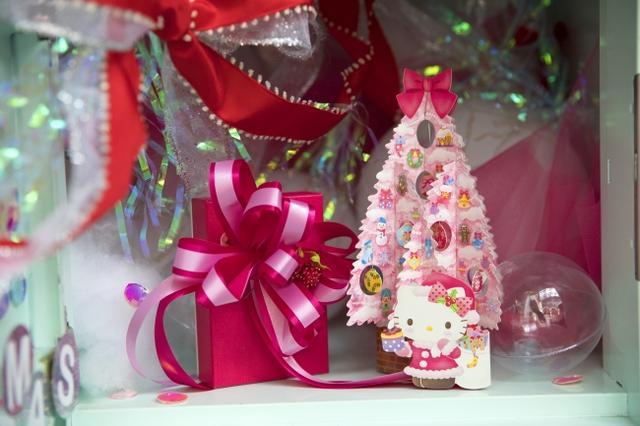 画像: リボンやバルーンのほか、ハローキティのクリスマスカードがセットされています。 ※リボンの付いたプレゼントボックスは参考例