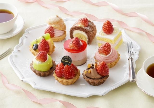 画像: 商品名:「プチセレクション-Many Strawberry-(9個入)」[NEW] 価 格: ¥2,700(税込¥2,916) 販売期間: 2019年1月6日~2月27日頃 特 長: 夢のような、苺づくしにうっとり♪旬の今だから、苺のおいしさを堪能できるプチケーキのセットをつくりました。全てのケーキに苺を使っています。どれを食べようか迷ってしまいそうなかわいさです。