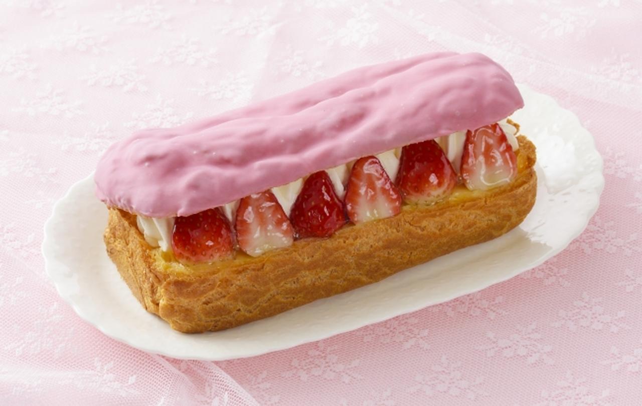 画像: 商品名:「苺のシューボート」[NEW] 価 格: <長さ17cm、約4人分> ¥1,380(税込¥1,490) 販売期間: 2019年1月6日~2月27日頃 特 長: シュー皮の中には、たっぷり苺とクリーム、カスタード!表面はいちご風味チョコでコーティング。シェアして楽しいエクレアタイプのデコレーションです。