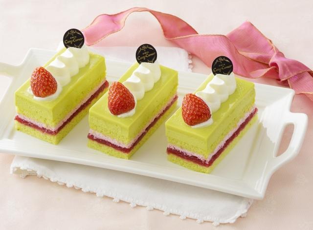 画像: 商品名:「苺とピスタチオのケーキ」[NEW] 価 格: 1個 ¥500(税込¥540) 販売期間: 2019年1月6日~2月3日頃 特 長: 苺ジャムと苺クリームをピスタチオスポンジでサンド。ピスタチオムースを重ねました。口当たりの良いピスタチオムースと酸味のある苺ジャム&苺クリームが爽やかにマッチしたケーキです。