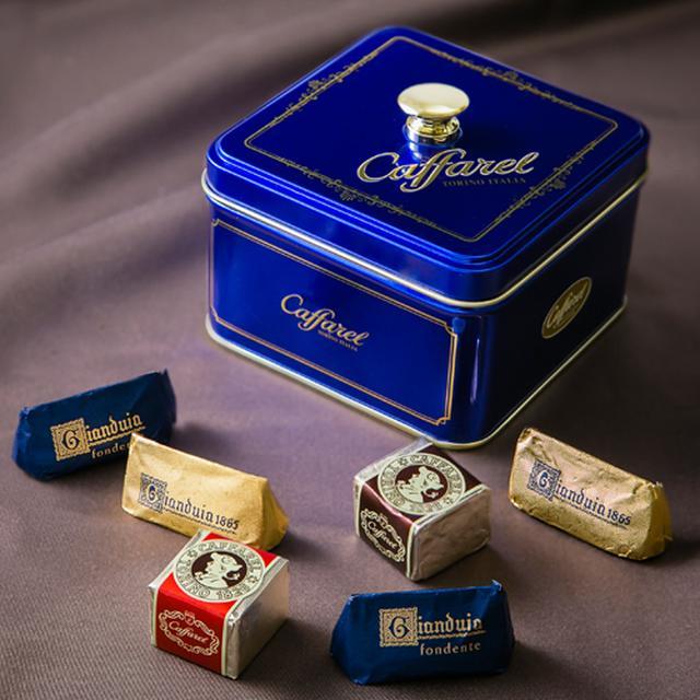 画像: 商品名:ベル・ブルー 価格 :3,000円(税抜) 内容 :チョコレートアソート 16粒 「美しい青」という名のアソート缶。深く上品なブルーの缶には、ジャンドゥーヤ5粒、ジャンドゥーヤビター5粒、2種類のヘーゼルナッツ入りキューブ型チョコレートを各3粒の計16粒アソートしました。