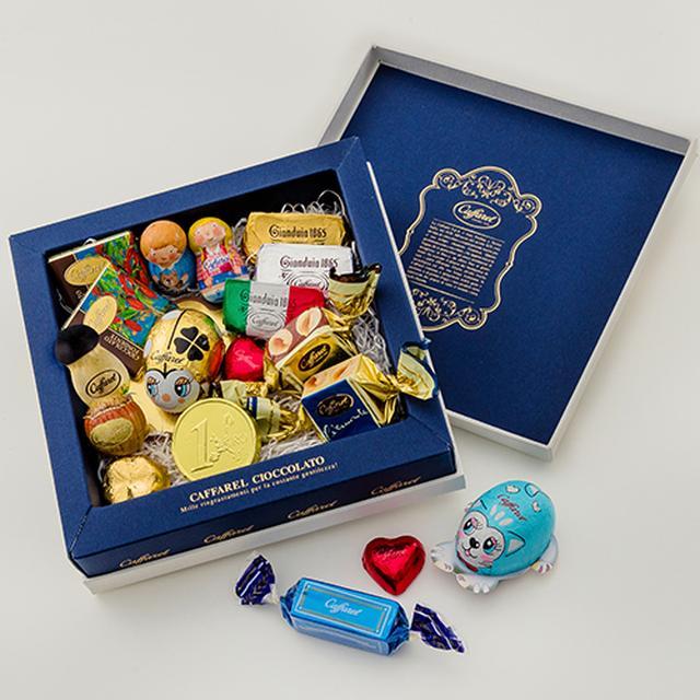 画像: 商品名:オリジナルギフト メディア ※おすすめ商品 価格 :3,000円(税抜) 内容 :チョコレートアソート 18粒 ふたを開けるとシックなネイビーのBOXにカファレルの代名詞であるジャンドゥーヤチョコレートをはじめ、幸せを運ぶといわれるてんとう虫のホイルチョコレートなどバラエティ豊かに合計18粒のチョコレートをアソートしました。かしこまった場面のギフトにもおすすめです。