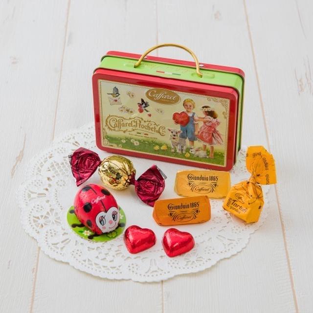画像: 商品名:クオリチーニ クアトロ ※バレンタイン限定 価格 :1,500円(税抜) 内容 :チョコレートアソート 7粒 取手のついた珍しいトランク型の缶に、イタリアで「幸せを運ぶ」といわれる、てんとう虫のホイルチョコレートやカファレルの代名詞であるジャンドゥーヤチョコレートなど合計7粒のチョコレートをアソートしました。缶に描かれた、なんとも愛らしいヒツジやうさぎ、小鳥たちがポイントです。