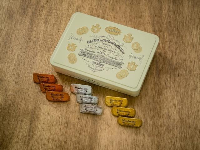 画像: 商品名:ジャンドゥーヤ・アソートメント ※おすすめ商品 価格 :2,600円(税抜) 内容 :ジャンドゥーヤアソート 12粒 多数のリクエストにおこたえし、ジャンドゥーヤ、ビタージャンドゥーヤ、オレンジジャンドゥーヤ、異なる3種のジャンドゥーヤチョコレートをアソートしたスペシャル缶をご用意しました。シックでエレガントなデザインは贈る相手を選ばず、幅広いシーンでご活用いただけます。