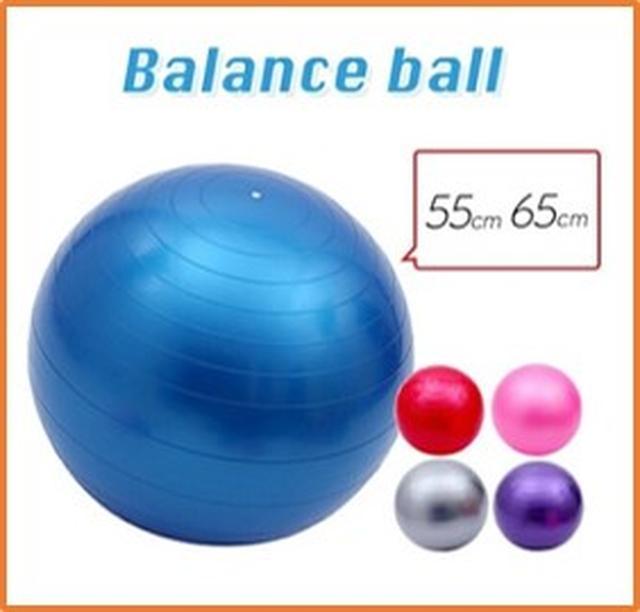 画像: ダイエットや体幹トレーニングが できるバランスボール!座るだけ の手軽さから、年齢問わず無理な く使えると大人気! 販売価格:1,100円 bit.ly