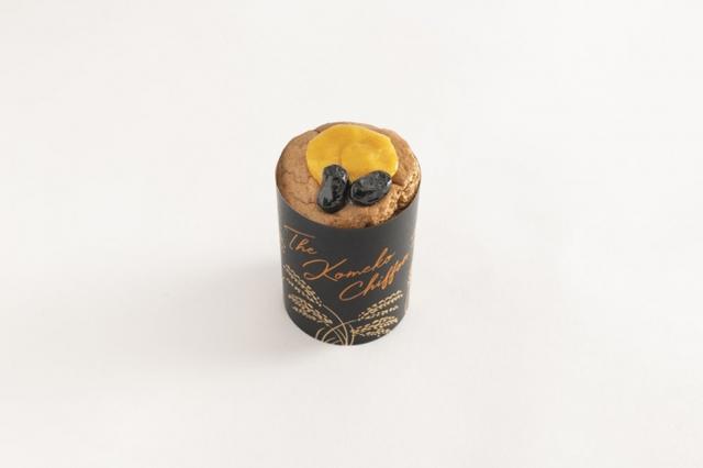 画像: 『ザ・ほうじ茶米粉シフォン かぼちゃ餡』 ほうじ茶を練り込んだ生地に、北海道産の生クリームでなめらかに仕上げたかぼちゃ餡を詰め、丹波種黒豆をトッピングしました。