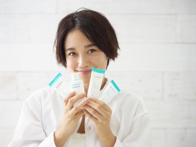 画像: 宮城舞。 1988年2月19日生まれ。 神奈川県横浜市出身。 スターレイプロダクション所属。 16歳でギャル雑誌「Ranzuki」でデビューし、ぶんか社「JELLY」の看板モデルに。 2013年より約4年間、講談社「ViVi」の専属モデルを経験。 現在は光文社「CLASSY」のレギュラーモデルを始め様々な雑誌や広告で活躍中。 育児と仕事に奮闘する日々を送る。