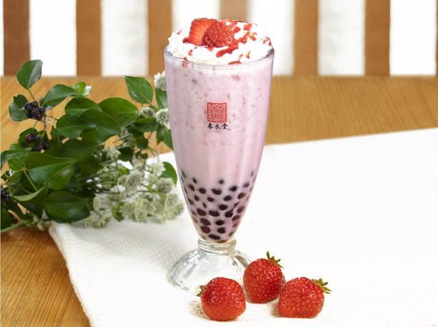 画像: 春水堂「タピオカ苺ミルクティー」フレッシュ苺×もちもちタピオカの春色ドリンク