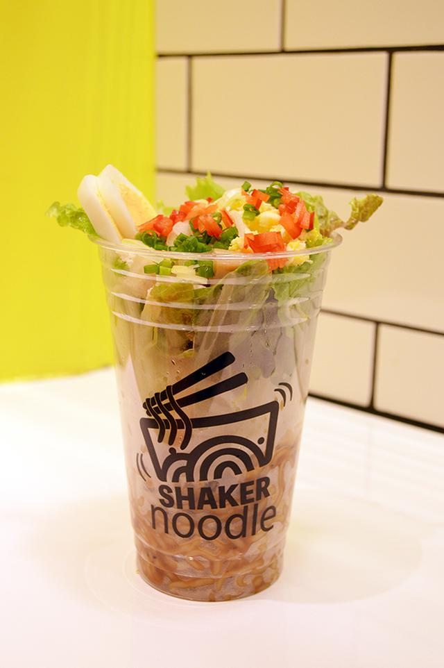 画像3: 『SHAKER noodle』シャカシャカ振って楽しい新感覚ラーメン!?ピリ辛しょうゆ味&あたたかい麺が新登場!