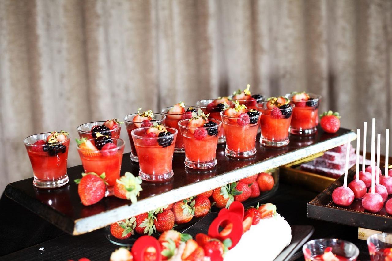 画像: 【苺のマチェドニア】 苺果汁たっぷりのゼリーは食後にぴったり。お口直しにどうぞ。