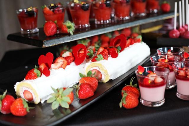 画像: 【苺のロールケーキ】 苺クリームとジャムを巻いたロールケーキ。シンプルながらも素材を引き立たせる定番スイーツ。