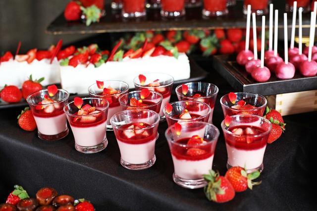 画像: 【苺のパンナコッタ】 濃厚な苺のパンナコッタに甘酸っぱい苺のソースが格別な味わい。