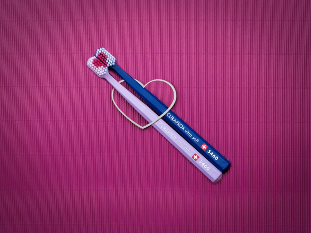 画像: ふたつ合わせるとハートの形になる歯ブラシ(2本セット税抜2,000円)