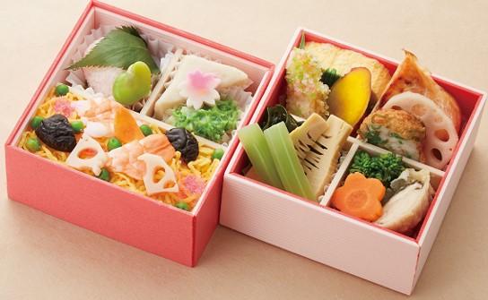 画像: 豪華!二段重 若竹煮、木の芽など季節の料理と華やかなちらし寿司を盛りつけた二段重。 〈美濃吉〉花見弁当「花かすみ」 1,944円