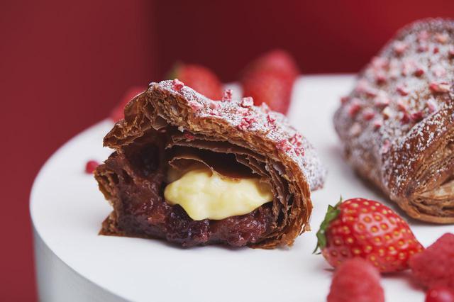 画像1: 3種のベリーで華やかな春の甘みと酸味を感じる「焼きたてカスタードレッドベリーパイ」新発売