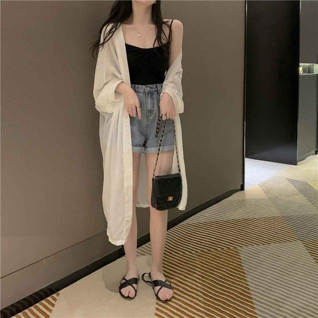 画像: 長めのシアーシャツを羽織ってバスローブ風コーデ