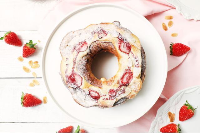 画像: あまおういちごのチョコリング