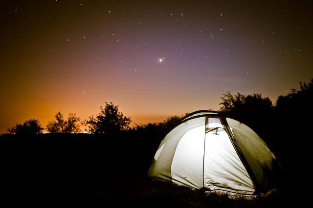 画像: 冬キャンプでは焚き火で暖をとって夏よりも美しい星空を鑑賞できる 夏に比べて人が少ない点もメリット