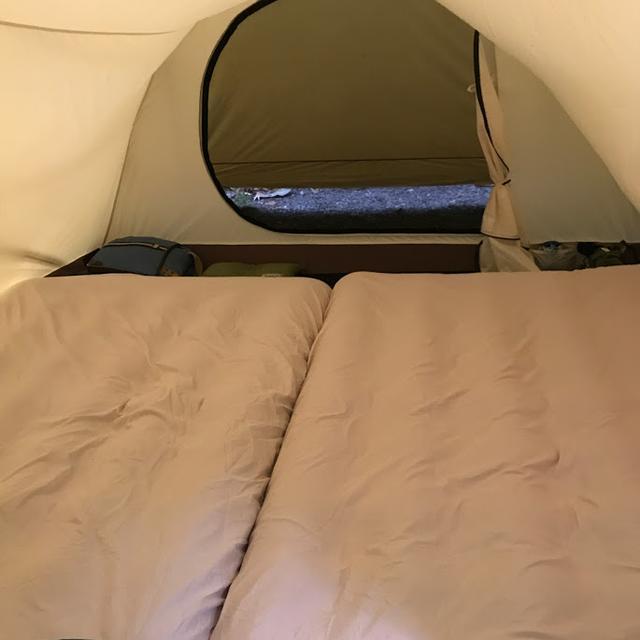 画像: ダブルサイズのエアベッドを2枚敷いています