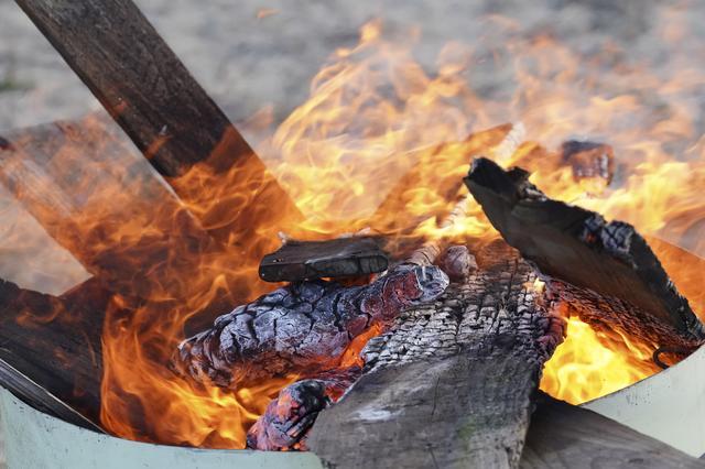 画像: 焚き火台を使ってキャンプファイヤーを楽しみましょう!