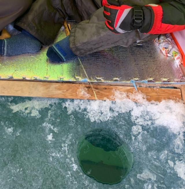 画像2: 準備なしで竿やテントがレンタル可能! 手ぶらで楽しむワカサギ釣り ドリルで穴をあける際は男手が必要