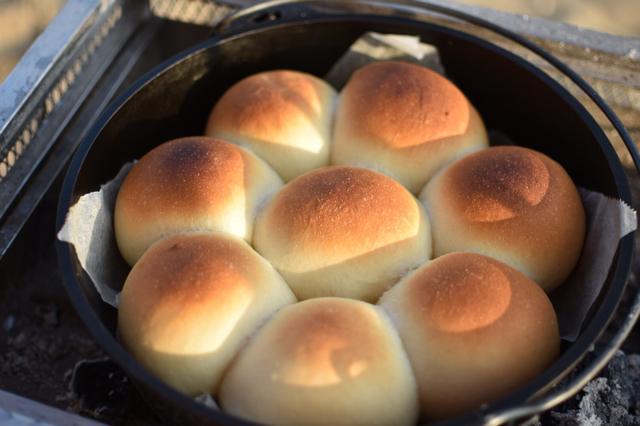 画像: 【キャンプでパン】我が家の定番!砂浜で焼くダッチオーブンちぎりパン : 楽しいキッチン*spice-cooking*